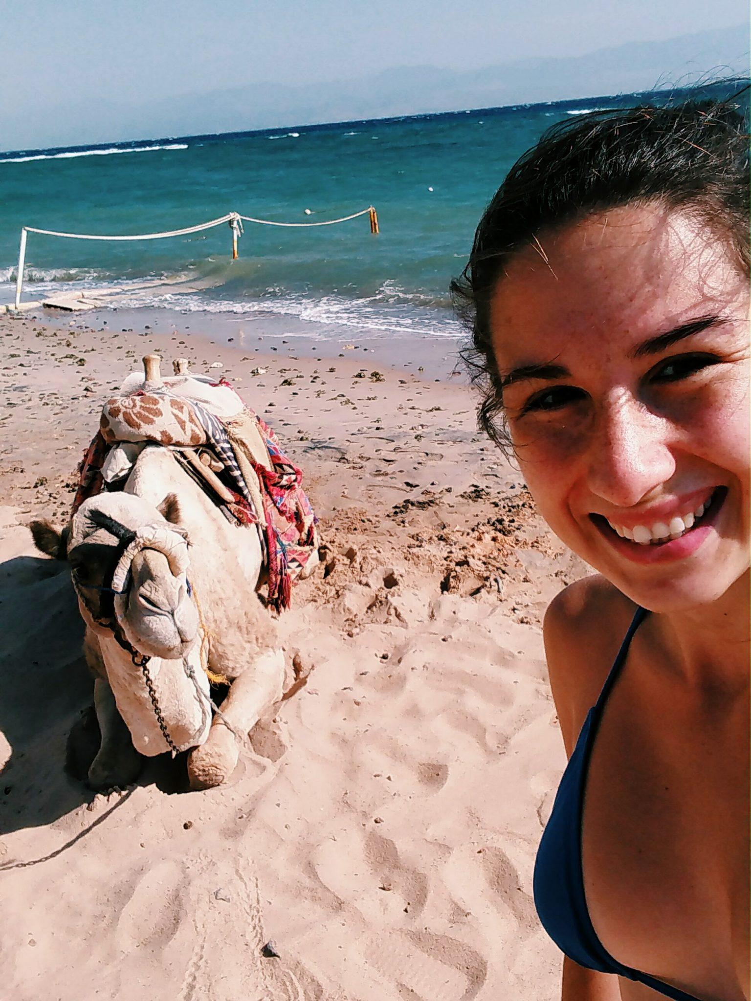 ťava_pláž_izrael_dovolenka_travelhacker